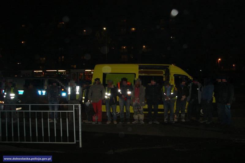 Во Вроцлаве полиция задержала бус с украинцами: 21 человек в маленькой машине