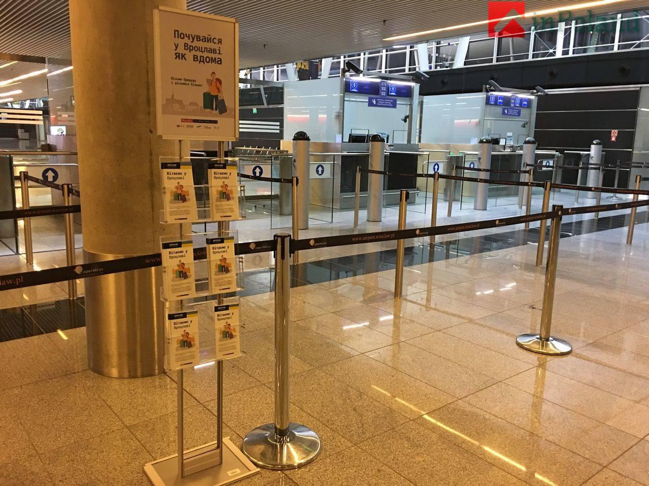 Вроцлавский аэропорт по-украински: появились указатели и информатериалы на украинском