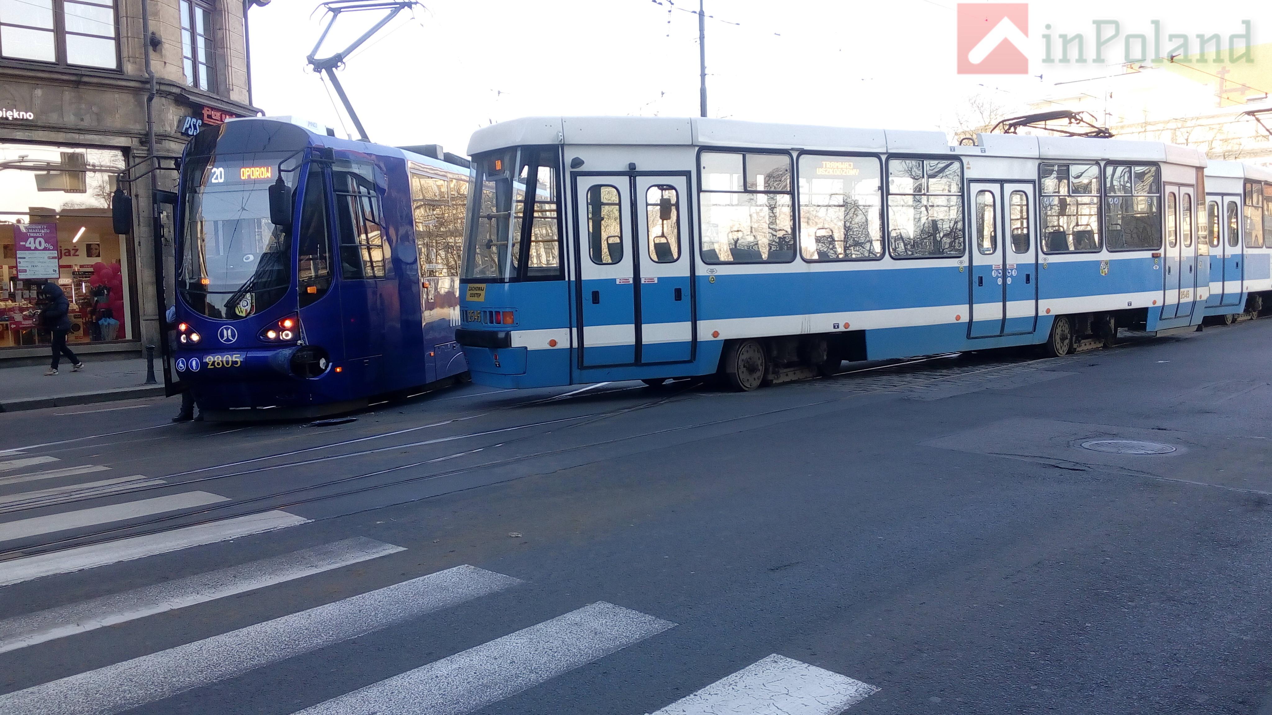 Во Вроцлаве возле «Реномы»  трамвай сошёл с рельсов