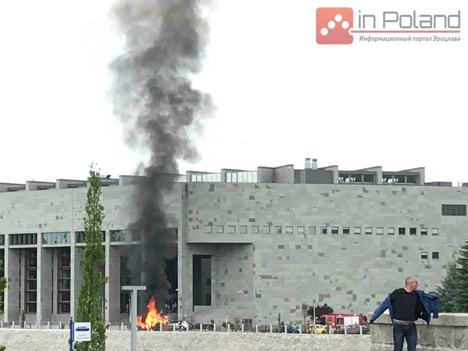 Во Вроцлаве горит автомобиль (+ ФОТО)