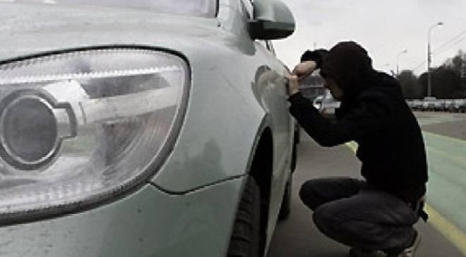 Полицейские вернули угнанный автомобиль и задержали ехавших ним подозреваемых
