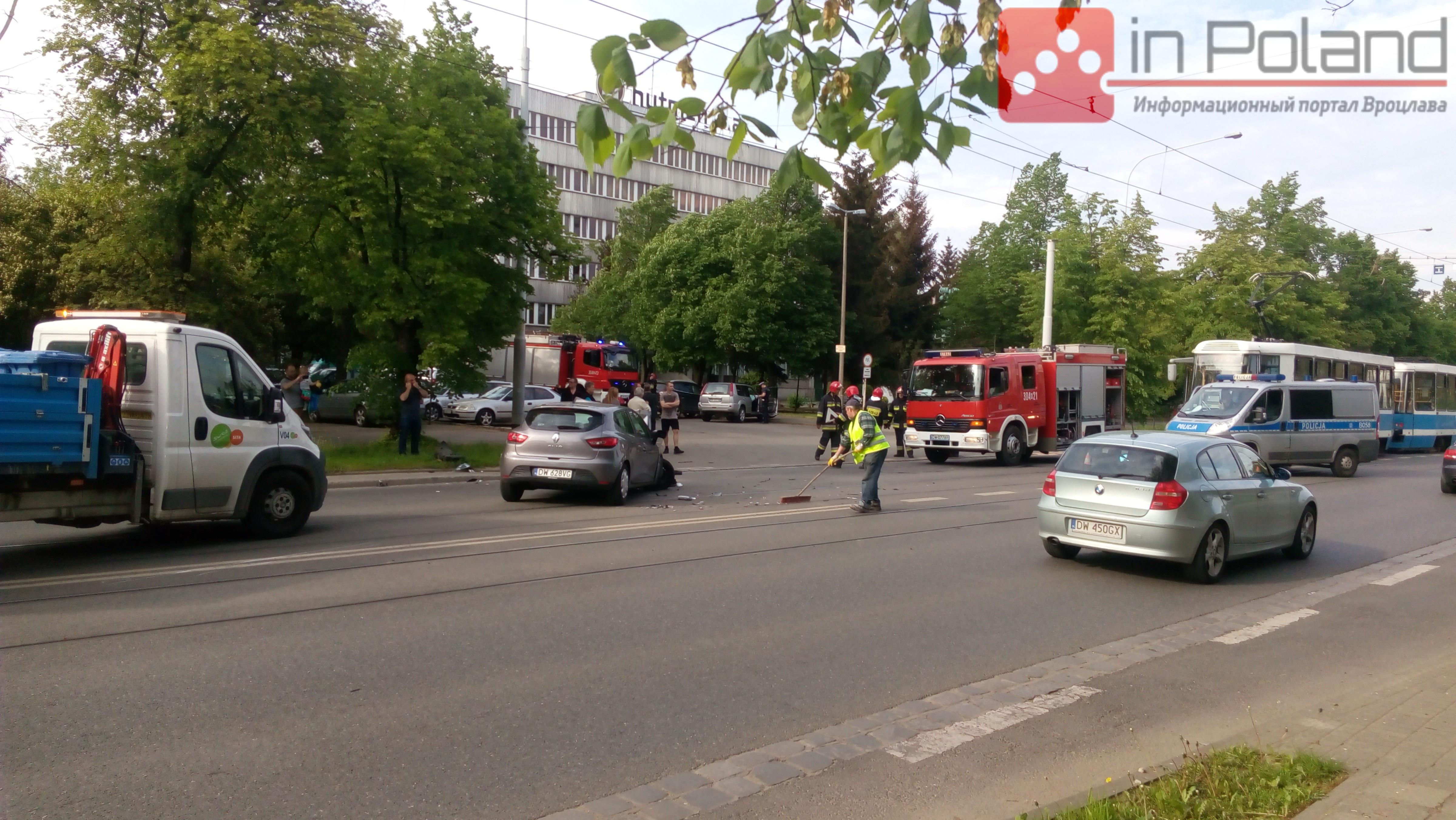 Трамвайний рух на Грабішинській заблоковано внаслідок зіткнення двох автівок (ФОТО)