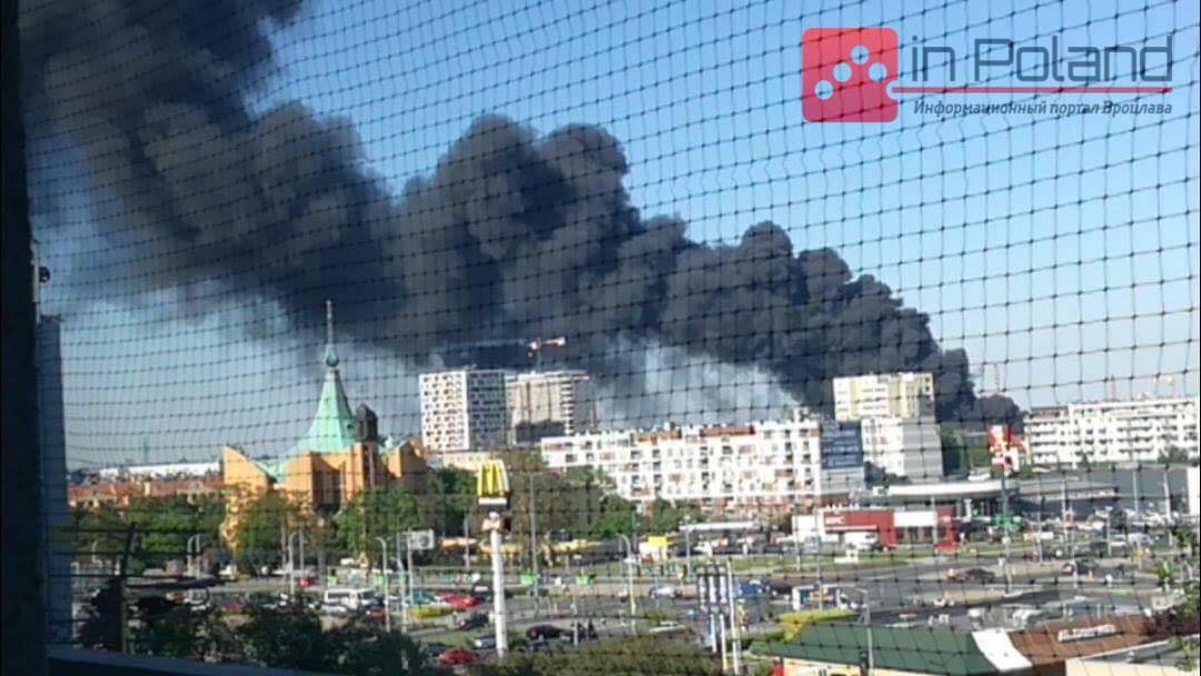 Во Вроцлаве сильный пожар.  Дым виден на много километров (+ФОТО,  ВИДЕО)