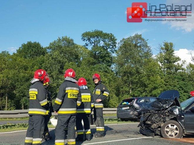 На выезде из Вроцлава серьезная дорожная авария. Машина влетела в отбойник