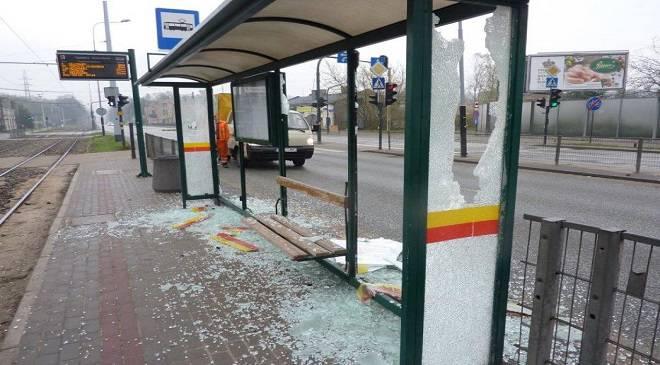 Троє молодиків у Вроцлаві знищили зупинку, тепер сядуть на 5 років
