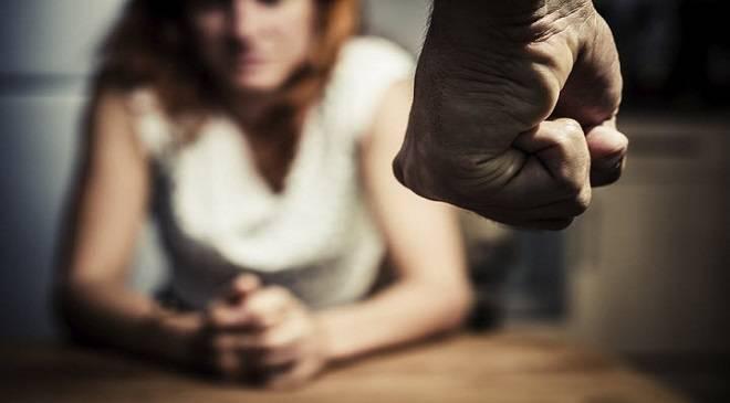 В Дзєржонові троє чоловіків викрали та побили жінку