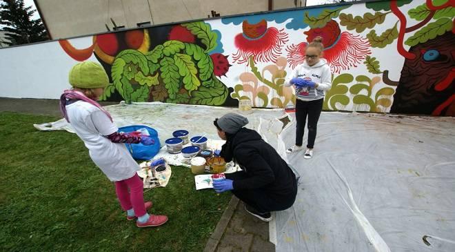 У Вроцлаві діти прикрашають меморіал своїми малюнками
