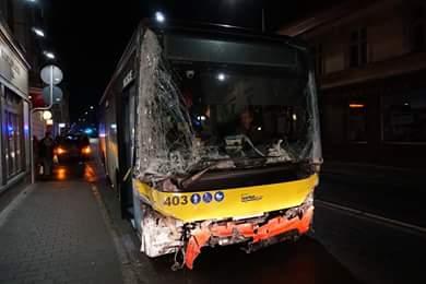 Аварія у Вроцлаві. Автобус зіткнувся з двома автомобілями та врізався в магазин
