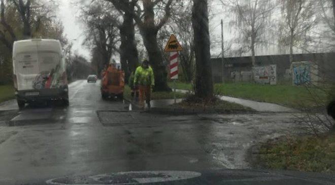 Во Вроцлаве ремонтируют дороги во время дождя