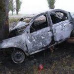 Автомобіль врізався в дерево і вщент згорів на місці пригоди