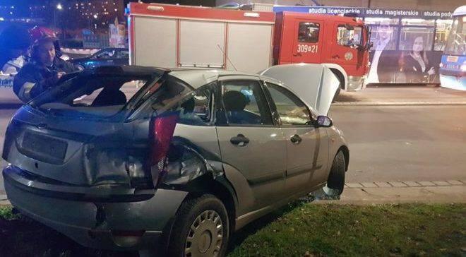 Во Вроцлаве трамвай врезался в 2 машины: Есть пострадавшие (+ФОТО)