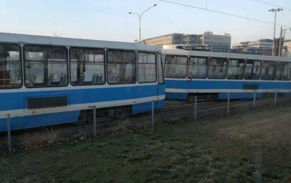 Во Вроцлаве на площади Strzegomska трамвай сошел с рельс