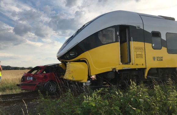 Нижня Сілезія: недалеко Мсцивоюва автомобіль потрапив під потяг. Загинула одна особа [ВІДЕО]