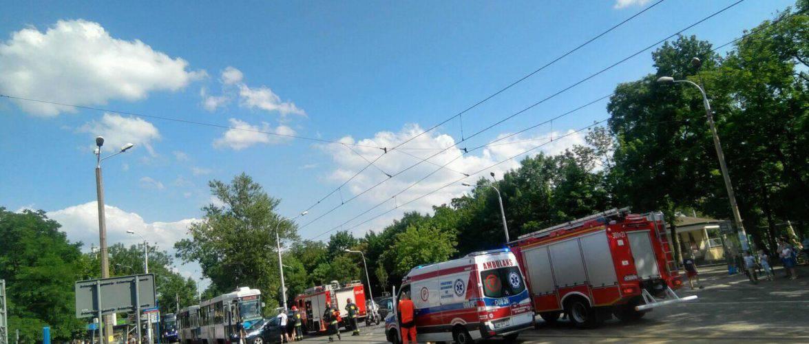 Во Вроцлаве возле зоопарка трамвай врезался в машину