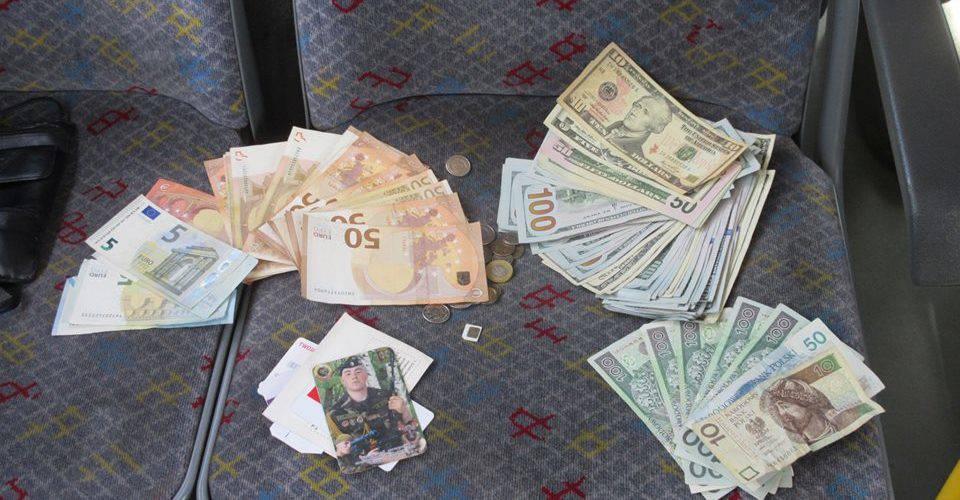 Польський водій повернув українцю гаманець в якому було 7700 доларів США, 945 євро та 575 злотих