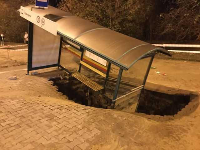 Польща: у центрі Лодзі під землю провалилася ціла зупинка