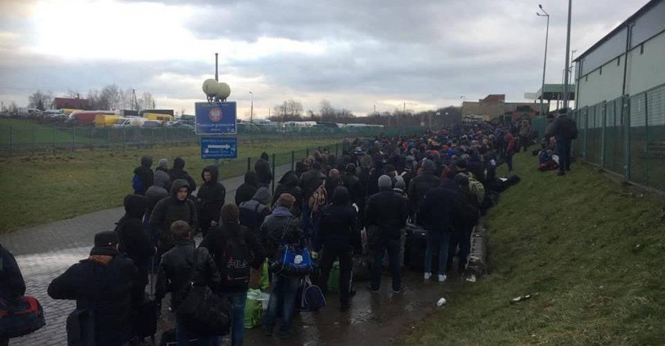 Польщу масово залишають десятки тисяч українців, на кордонах черги