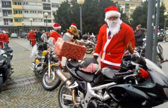 У Вроцлаві байкери у костюмах Святого Миколая проїхалися містом