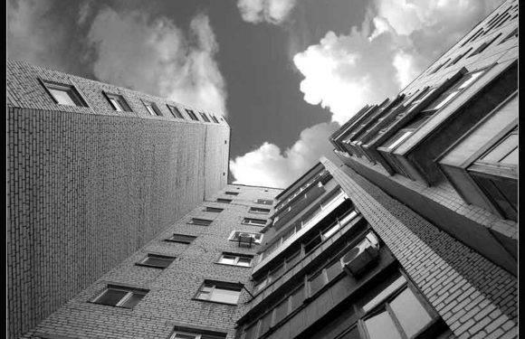 У Вроцлаві з даху багатоповерхівки стрибнула жінка
