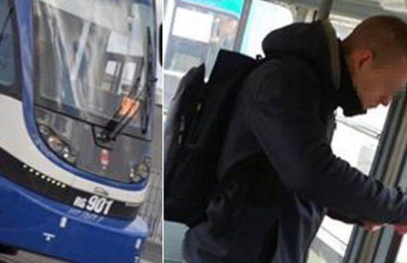 Поліція розслідує інцидент у Кракові. Чоловіка побили за прохання не палити сигарети в трамваї