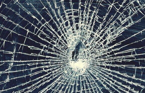 В Пясечно група українців накинулись на автівку і вибили каменем шибу