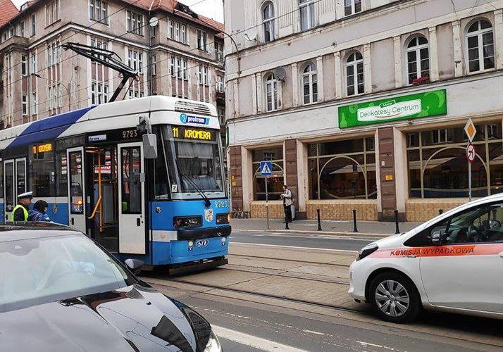 Во Вроцлаве трамвай сбил велосипедистку в наушниках