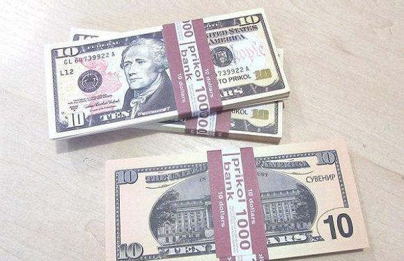 """На кордоні — знову фальшиві долари. Цього разу — з написом """"Сувенір"""""""
