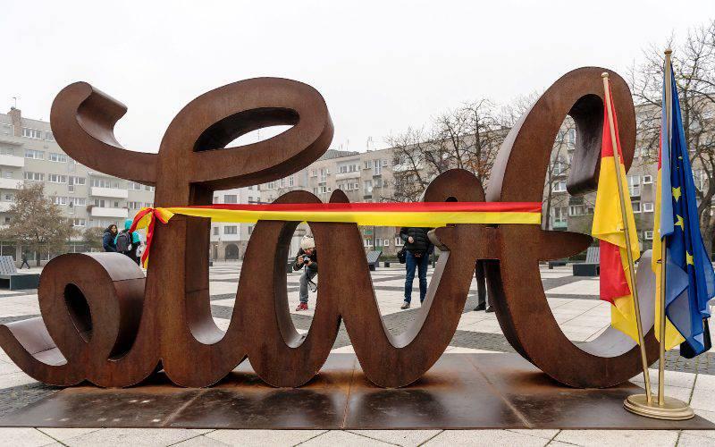 На площі Нови Тарг у Вроцлаві демонструється скульптура «LoveHate» (ЛюбовНенависть)