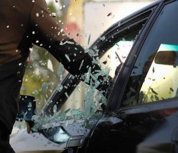 У Клодзьку затримали чоловіка, який молотком вибивав шиби в запаркованих автівках
