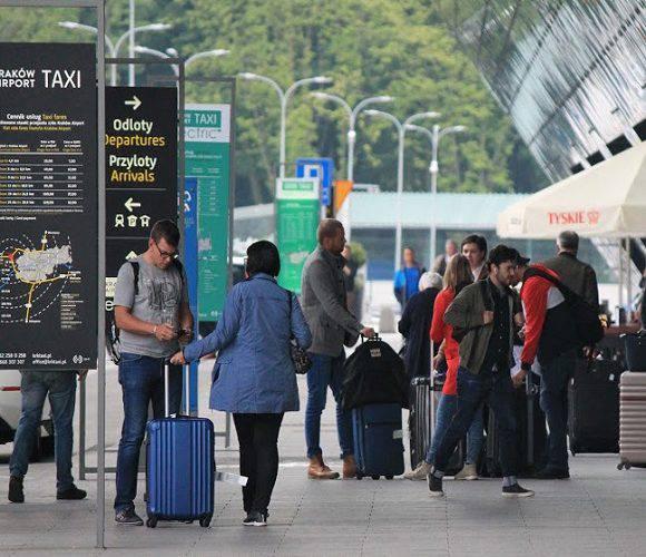 У Краківському аеропорту 4-х українців не впустили до Польщі і завернули назад