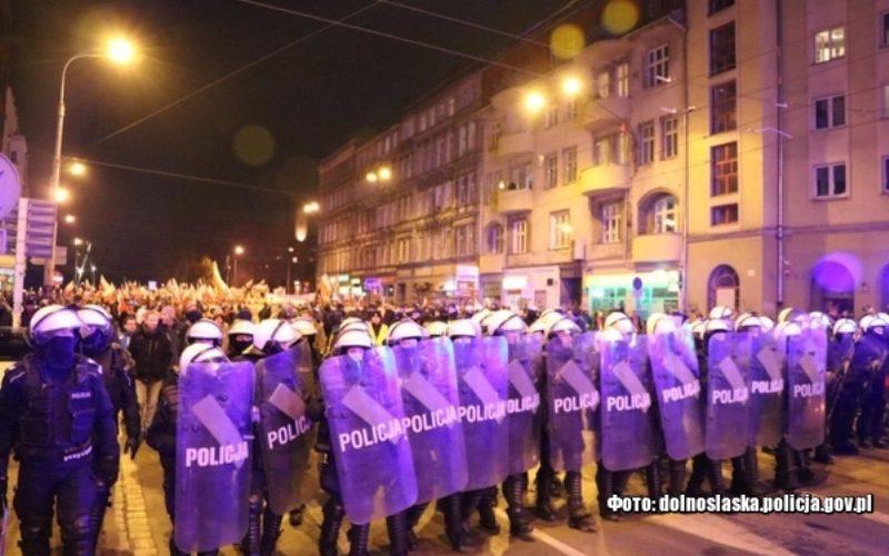 Після вчорашніх святкувань Незалежності поліція затримала 13 осіб. Поранені три поліцейські та два глядачі