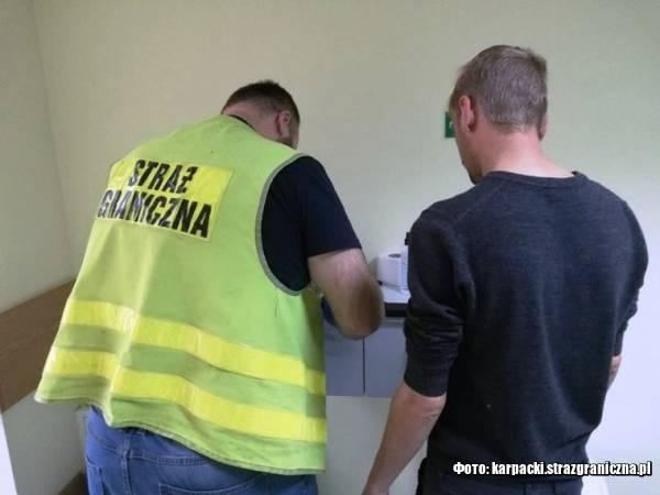 Через махінації з паспортом брата-близнюка українець дістав 5 років депортації та чималий штраф