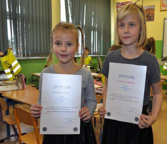 Дві школярки в Польщі врятували життя чоловікові: дістали нагороду від поліції