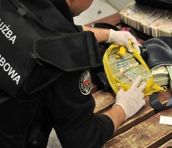 47-річний українець намагався перевезти до Польщі 20 тисяч євро у звичайній торбі: вже позбувся частини коштів