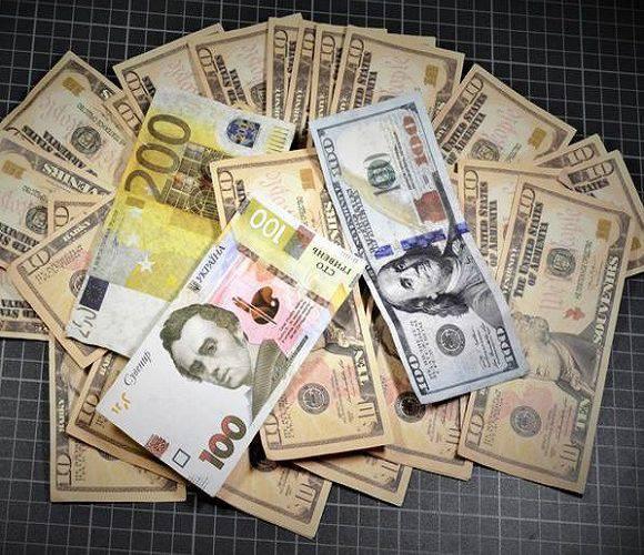 На кордоні в Польщі затримано українку, котра їхала на закупи, маючи 32 сувенірні банкноти
