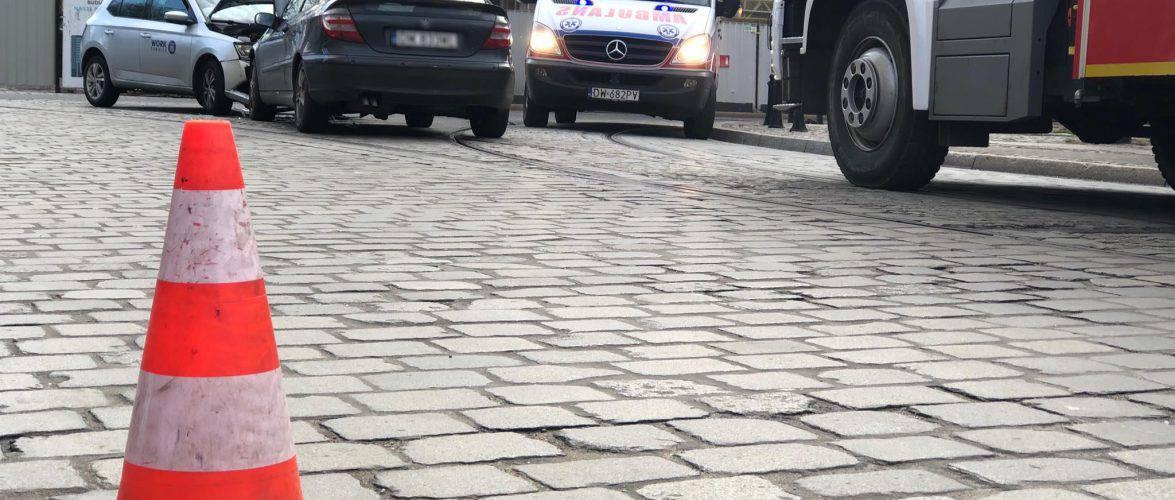 Лоб в лоб. У Вроцлаві два авто не змогли роз'їхатися в центрі міста (ФОТО)