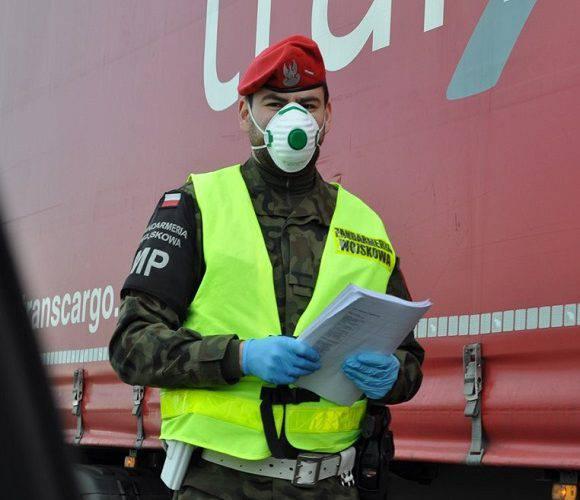 Для стримання коронавірусної інфекції у Польщі поліцейським допомагатимуть військові
