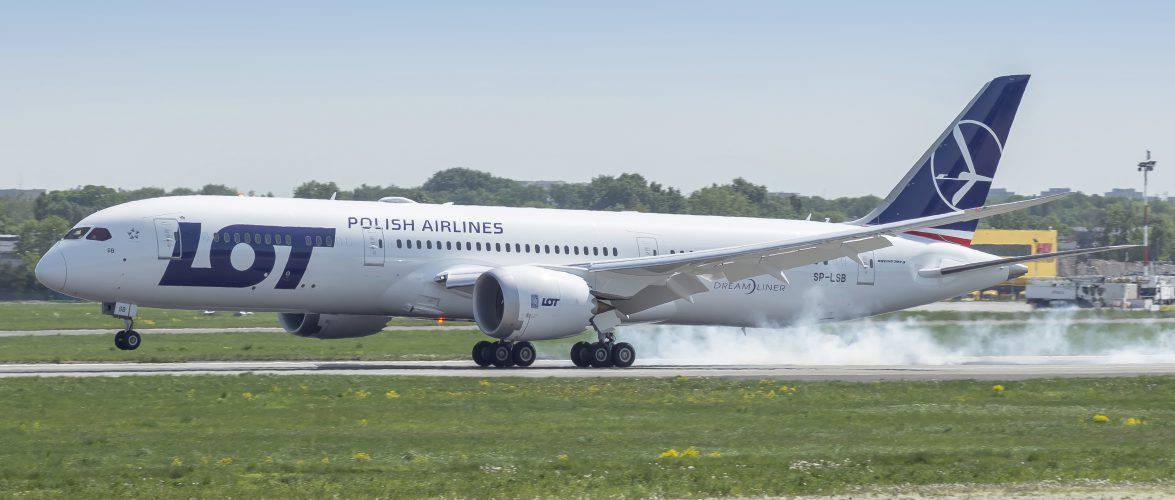Повернутися до Польщі: LOT дасть можливість повернутися до Польщі літаком, навіть українцям