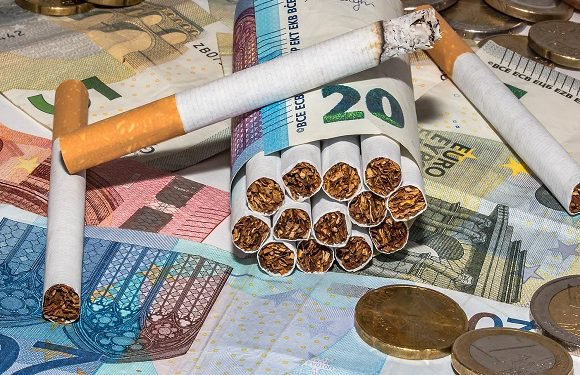 Курив сигарети під час карантину: поліцейські в Польщі оштрафували чоловіка на 10 тис. злотих