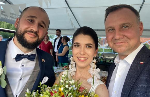 Президент Польщі відвідав весілля незнайомців, бо йому в соцмережі надіслали запрошення