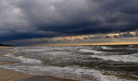 Сильний вітер на Балтійському морі до обіду