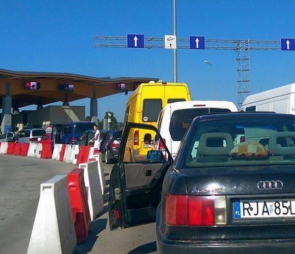 На польсько-українському кордоні — величезні черги: авто стоять по 17 годин