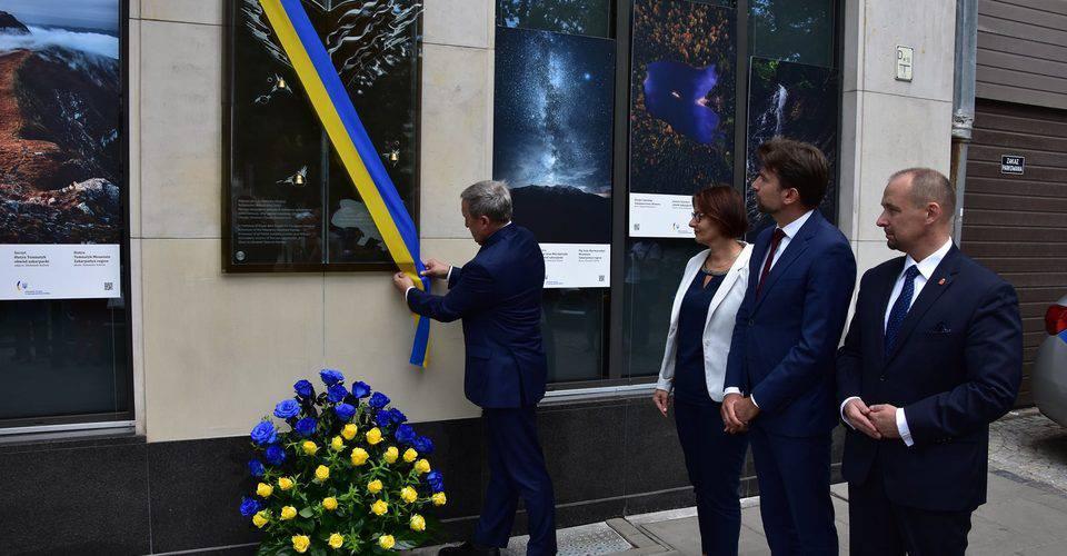Пам'ятна дошка на Посольстві України у Варшаві