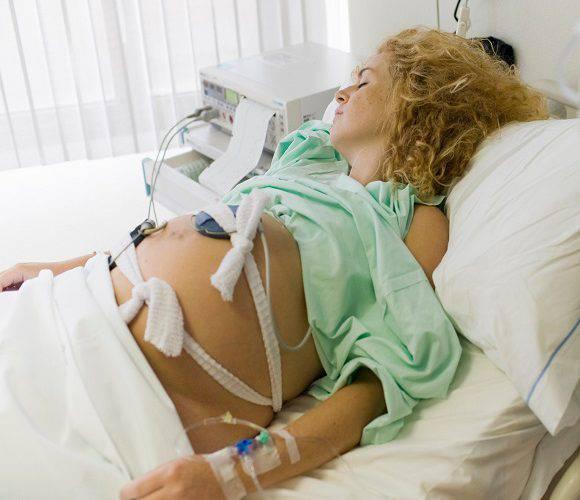 Три лікарні у Польщі відмовились приймати вагітну: 28-річна жінка померла
