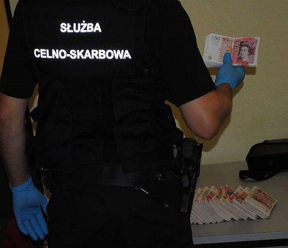 Українець хотів вивезти до Польщі 370 тисяч злотих: гроші сховав в кабіні водія [+ФОТО]