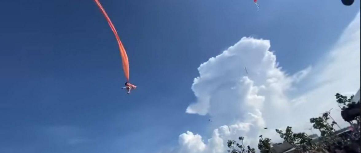 Дитина злетіла на повітряному змії у Тайвані [+ВІДЕО]