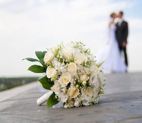 Влада Польщі закликає не ходити на весілля