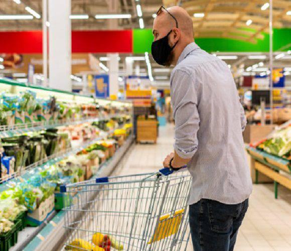 Без маски в магазин не впустять: відомі мережі в Польщі подали нові вимоги