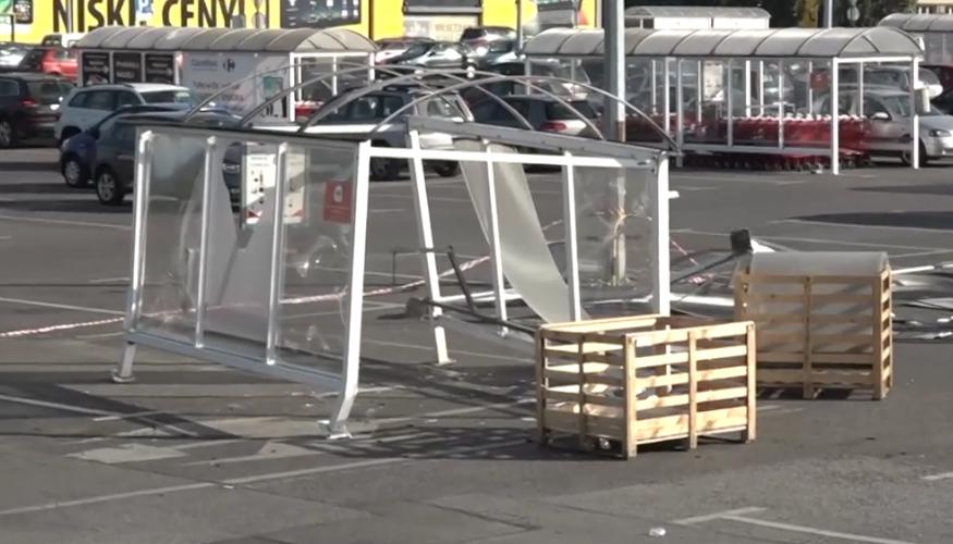 Українка в Лодзі зруйнувала парковку, бо вчилась керувати авто