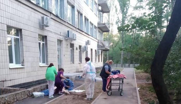 Через Covid-19 українці вистрибують з вікон у Києві